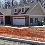 Egy férfi elhajt az új építésű ház mellett és látja, hogy valami nincs rendben – Ön is látja?