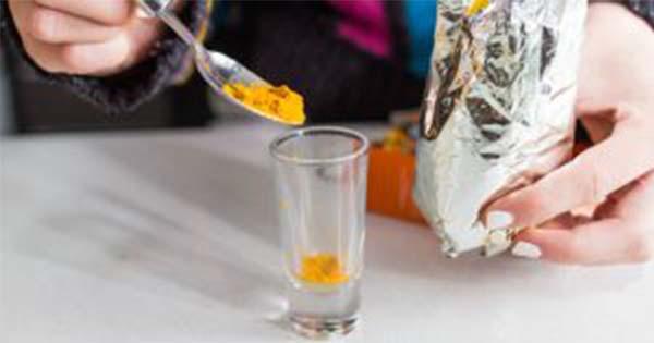 Ez történhet a májaddal és az agyaddal, ha kurkumás vizet iszol