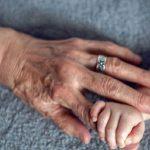 A tudósok bebizonyították, hogy az anyai ági nagymama, a gyermek életében az egyik legfontosabb személy