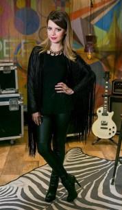 look do dia - sandy - all black - look das famosas - franjas - botas - looks de inverno - superstar - cabelos de princesa - luc