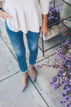 sapatilha lace up nude com jeans