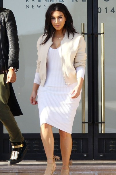 Bomber Jacket e Vestido Branco - Kim Kardashian