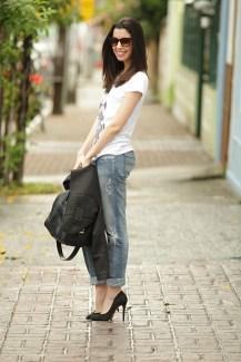 Scarpin preto + jeans + tshirt