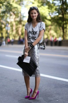 Scarpin colorido roxo + saia paetes + t shirt