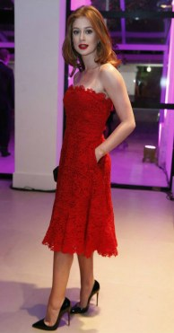 Scarpin preto + vestido vermelho