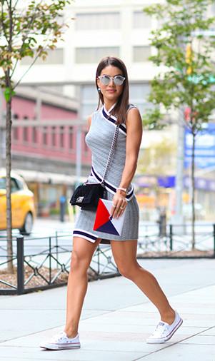 Vestido tubinho + tênis