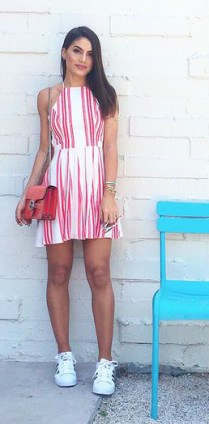 Vestido listrado + tênis