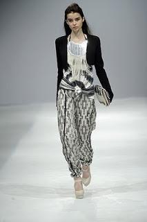 Calças largas. Das 'baggy' às 'harém', temos vários modelos largos à escolha, mas nem todos convencem o público masculino. Para eles, as únicas calças de mulher que devem ser largas são as do pijama.