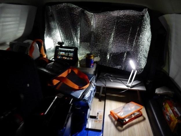 ジムニーの車内。狭いながらも…一応横になって寝れます(汗)