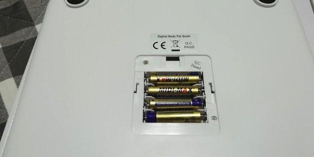 付属の電池を入れるとこんな感じ。