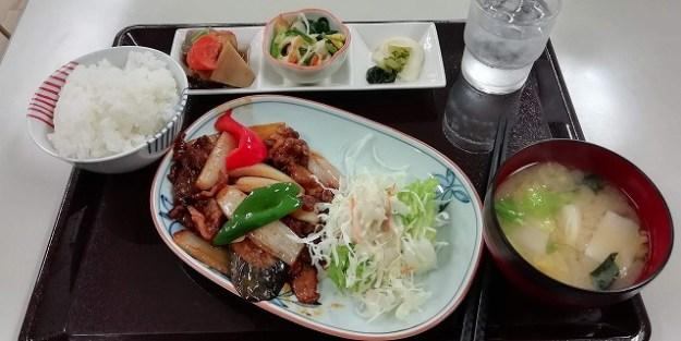 本日のランチは「焼肉定食」。500円(税込)でございます。
