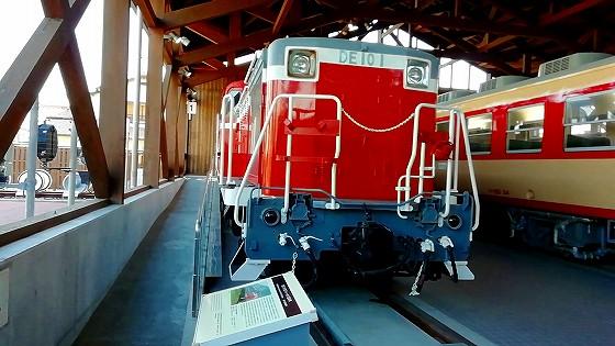 いかにもディーゼル機関車的ですね。