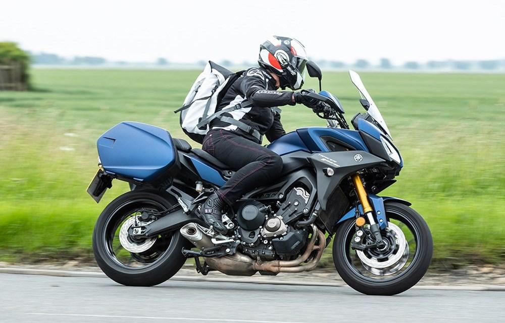 répliques date de sortie: Beau design La Yamaha Tracer 900GT souffre du vent ! - Blog moto : actus ...