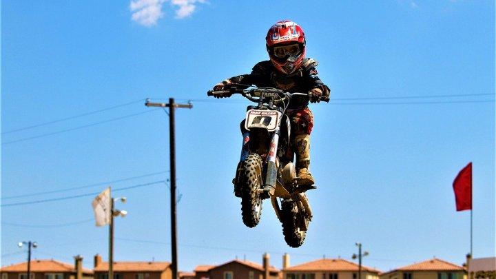 Les meilleurs équipements moto pour enfant