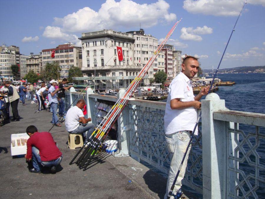Стамбул. Рыбаки на Галатском мосту.