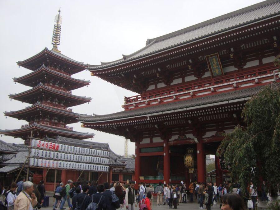 Асакуса. Ворота Ходзо-мон и пагода храма Сэнсо-дзи.