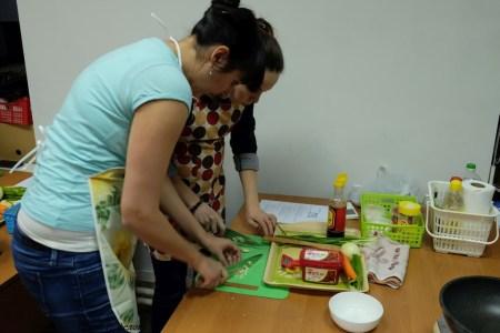 Марина Говердова и Анна Пахно. Мелко режем чеснок.