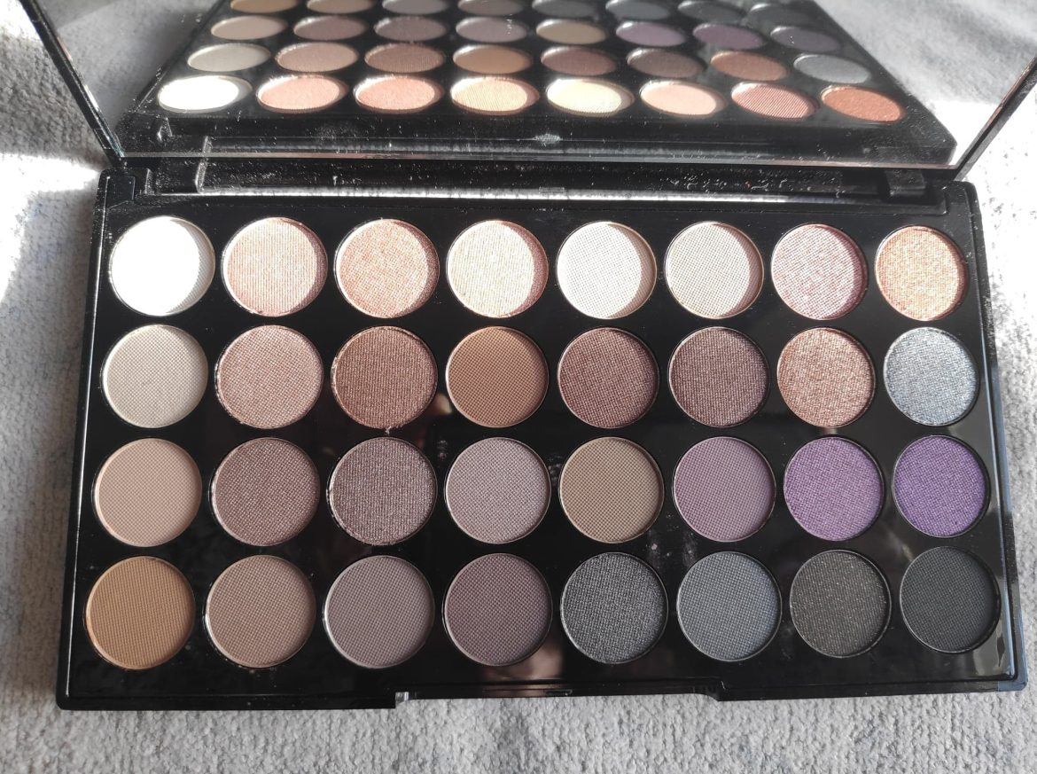 AFFIRMATION EYESHADOWS WITH MIRRORED PALETTE