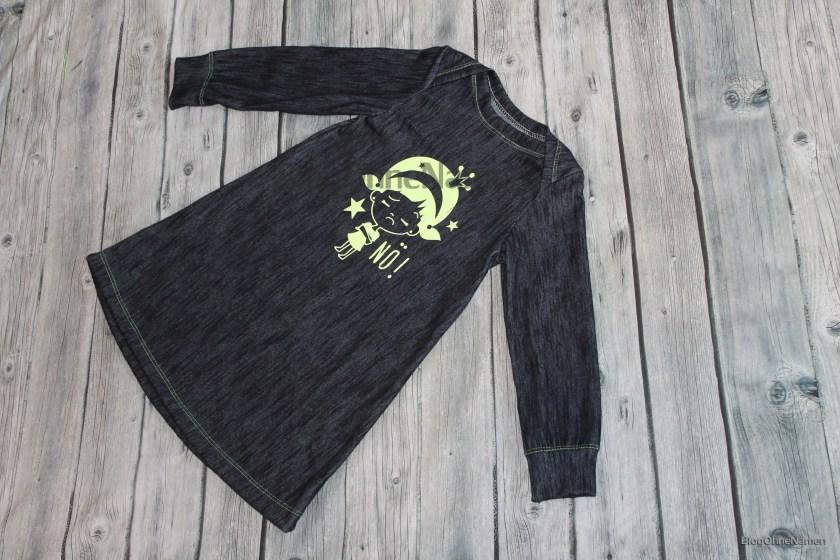 Kinderkleid mit Bügelbild aus glitzernder Neon-Flexfolie. Gevovert mit der Janome Cover Pro 2000