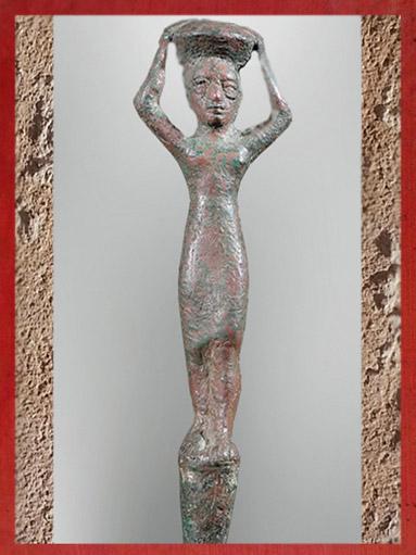 D'après une figurine-clou de fondation, Gudea bâtisseur, cuivre, vers 2130 et 2100 avjc, antique Girsu, actuel Tello, époque néo-sumérienne, Mésopotamie (Marsailly/Blogostelle)