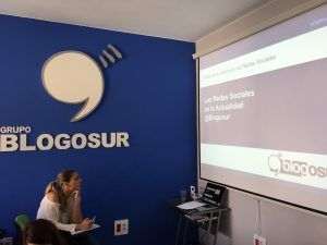 Alumna, atenta al curso de Community Manager de Blogosur