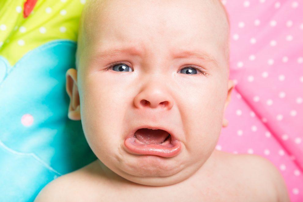 huilend kind aan de wand