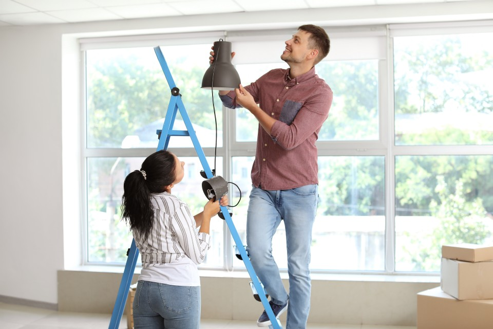 Tijd voor klusjes in huis: lampen ophangen