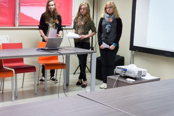 La Directrice adjointe et les deux techniciennes exposent le travail de l'équipe