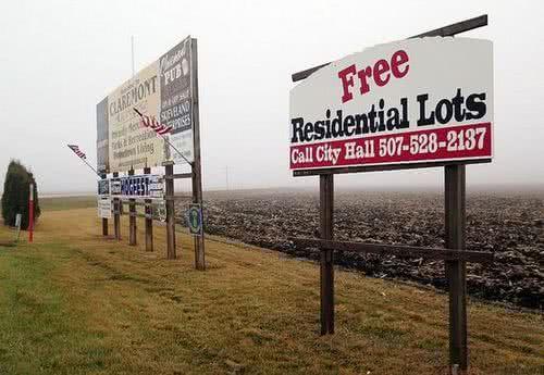 美國明尼蘇達州東南部小鎮克萊爾蒙特的大型招牌