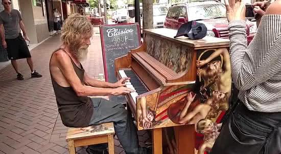 美流浪漢路邊彈奏歌曲
