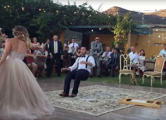 美國一對新人在婚禮上上演魔術橋段