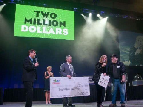 哈爾 (右) 今年 4 月中了緬因樂透頭彩,贏得 200 萬美元獎金。