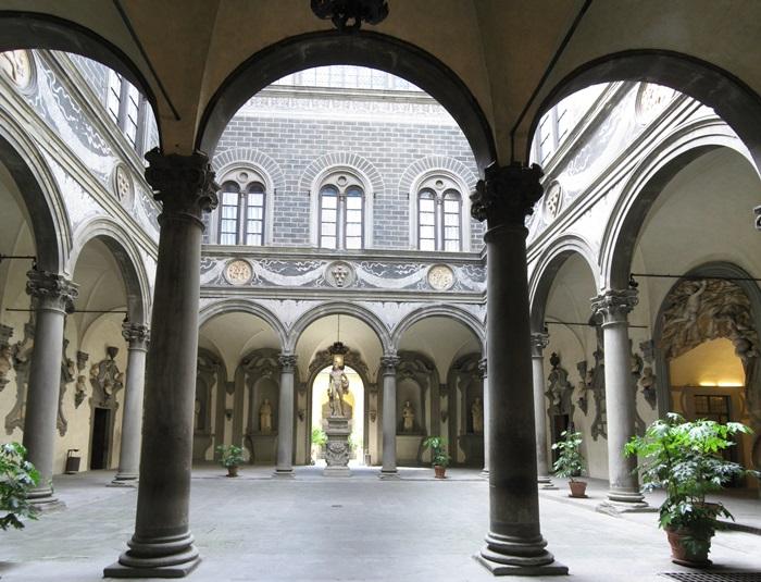 Palazzo_Medici_courtyard_Apr_2008_10-Palazzo_Medici_courtyard_Apr_2008_9.jpg