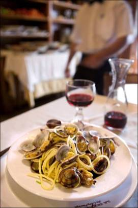 """ITALY - SEPTEMBER 21: Spaghetti alla vongole at """"Carbonara"""" restaurant, piazza Campo dei Fiori in Rome, Italy on September 21st , 2005. (Photo by Maurice ROUGEMONT/Gamma-Rapho via Getty Images)"""