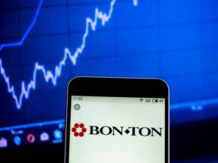 UKRAINE - 2019/02/06: In this photo illustration, the Bon-Ton Holdings Inc. logo seen displayed on a smartphone. (Photo Illustration by Igor Golovniov/SOPA Images/LightRocket via Getty Images)