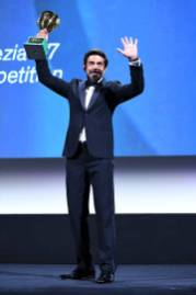 VENICE, ITALY - SEPTEMBER 12: Pierfrancesco Favino poses with the Coppa Volpi for Best Actor during the closing ceremony at the 77th Venice Film Festival on September 12, 2020 in Venice, Italy. (Photo by Daniele Venturelli/WireImage)