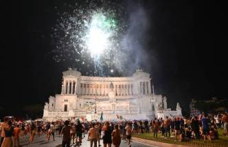 Supporter of the Italian national football team celebrate after Italy beat England 3-2 on penalty shootout to win the UEFA EURO 2020 final football match between England and Italy, in Rome on July 11, 2021. (Photo by Vincenzo PINTO / AFP) (Photo by VINCENZO PINTO/AFP via Getty Images)