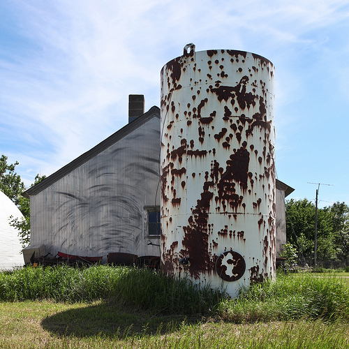 A cylindrical silo in South Dakota. Image: flickr user Lars Plougmann