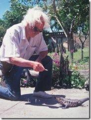 Cacheiro dando de comer a un lagarto