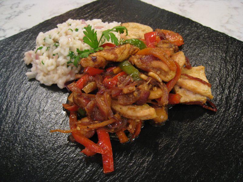 Dados de Pavo con verduras y arroz