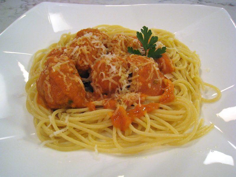 Espaguetis con albóndigas de pollo asado