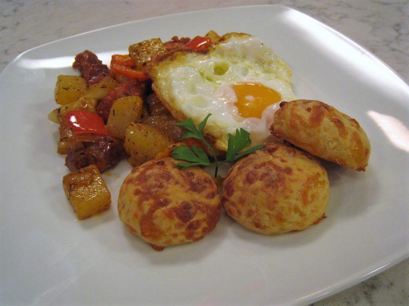 Huevos con chorizo y pan de queso