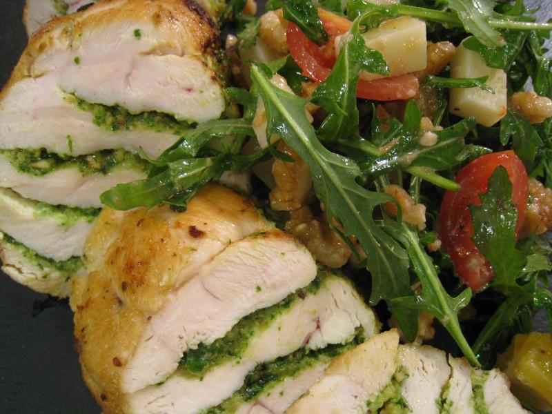 Pollo al pesto con ensalada