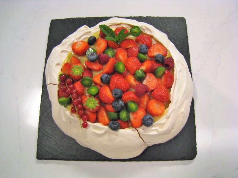 Tarta Pavlova con frutos rojos