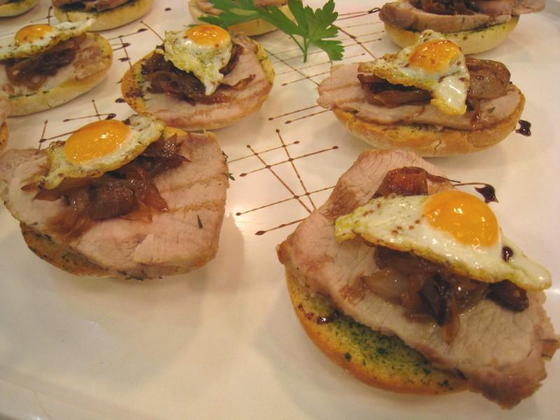 Tostitas de lomo con huevo