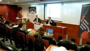 El profesor de EADA Jordi Costa (izquierda) junto a Ernesto Poveda, presidente de ICSA Grupo, en la rueda de prensa de presentación del informe.