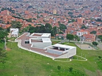 El Parque Biblioteca La Ladera incluye áreas verdes, chancas de juego y áreas de esparcimiento