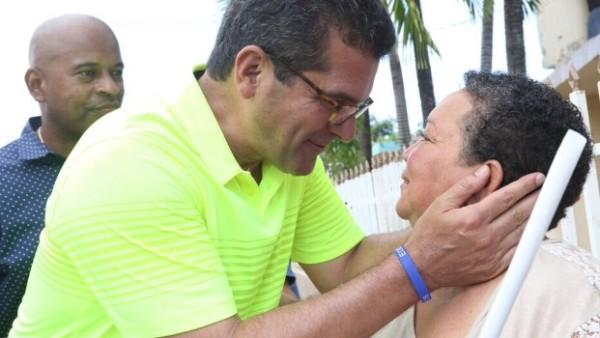 """En Loíza, durante una reciente caminata, como parte de su programa de visitas a la Isla, denominado """"De Calle con Pierluisi""""."""