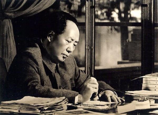 Mao Zedong o Mao Tse Tung en escritorio escribiendo (1)