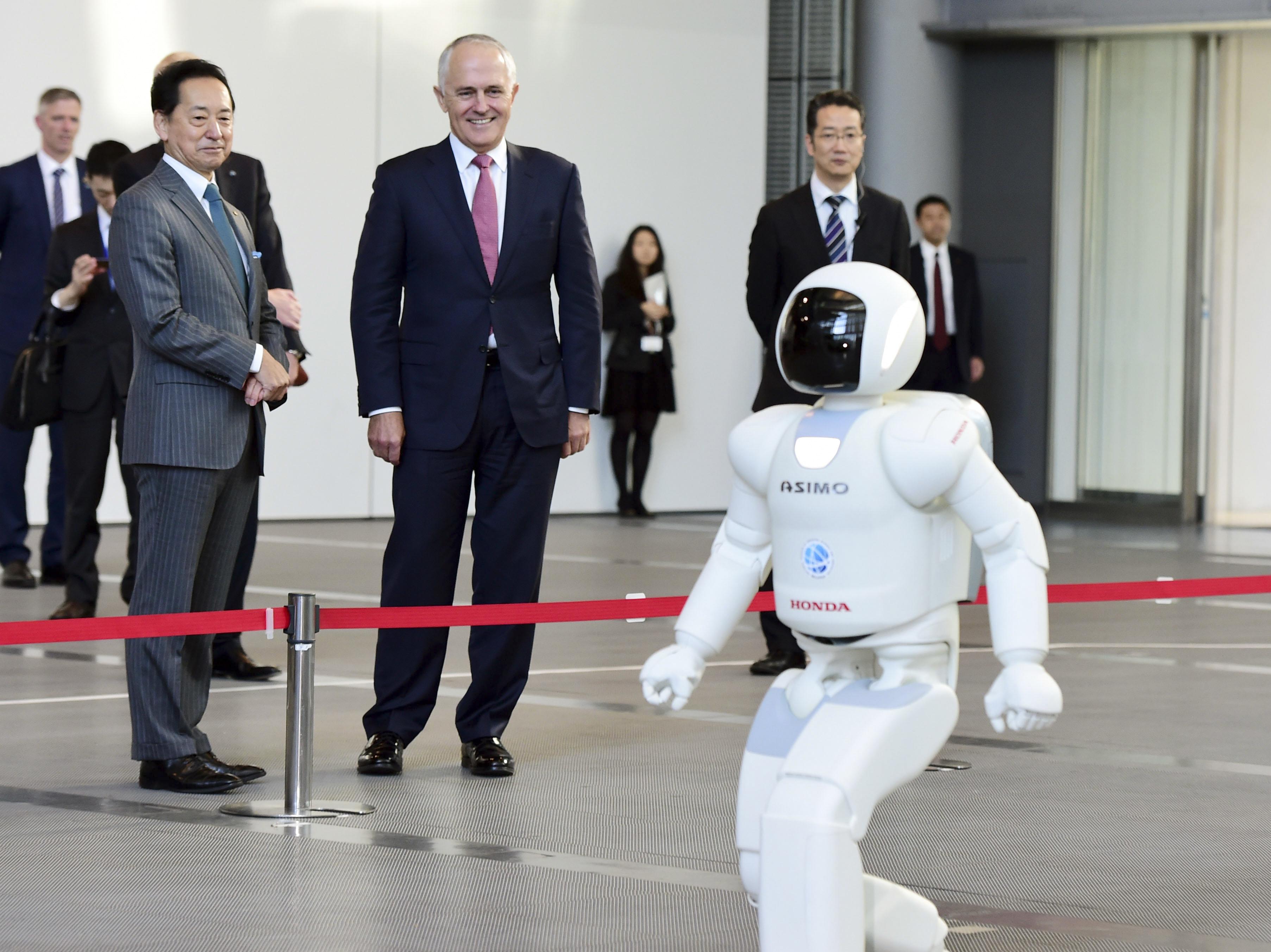 © Picture AllianceTokio, im Dezember 2015: Der australische Premierminister Malcolm Turnbull (2.v.l.) begrüßt seinen Politikerkollegen Asimo (vorne).